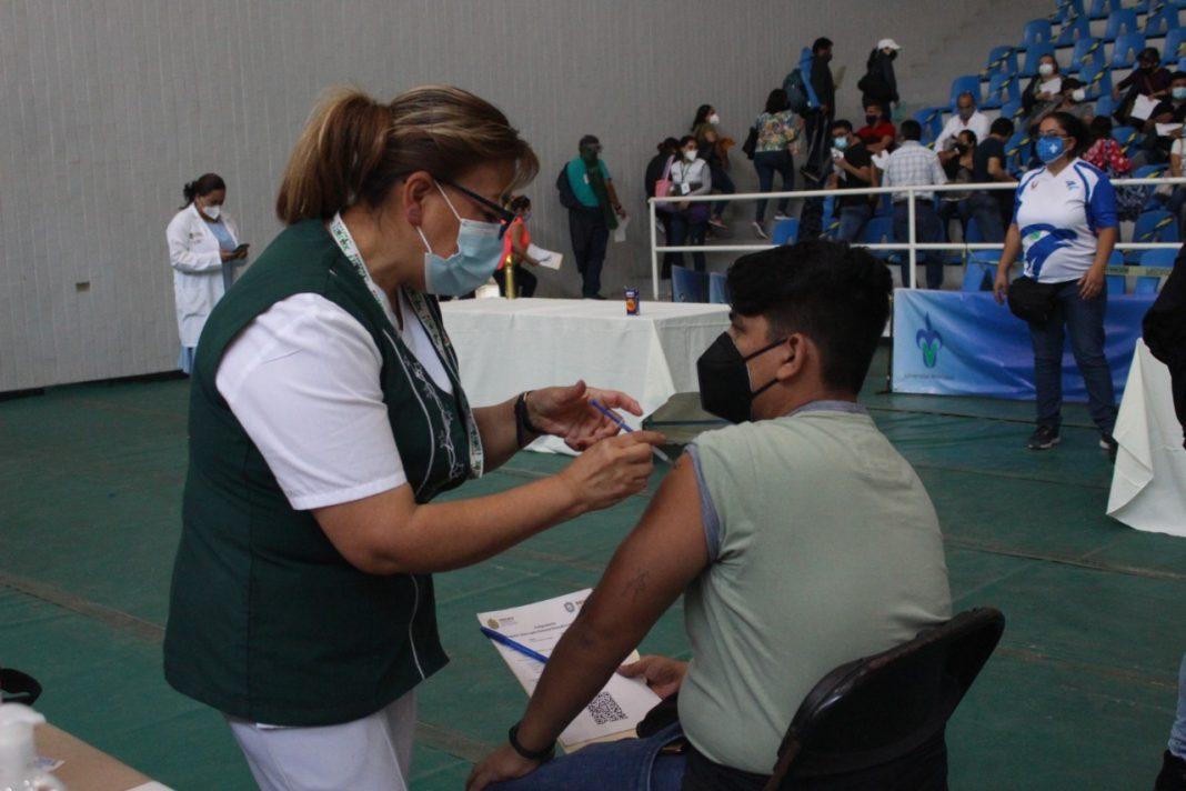 Personal del IMSS Veracruz Norte participa en vacunación a docentes
