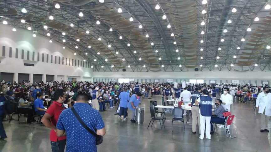 Siguen las largas filas en el 2° día de vacunación a docentes en el WTC de Boca del Río