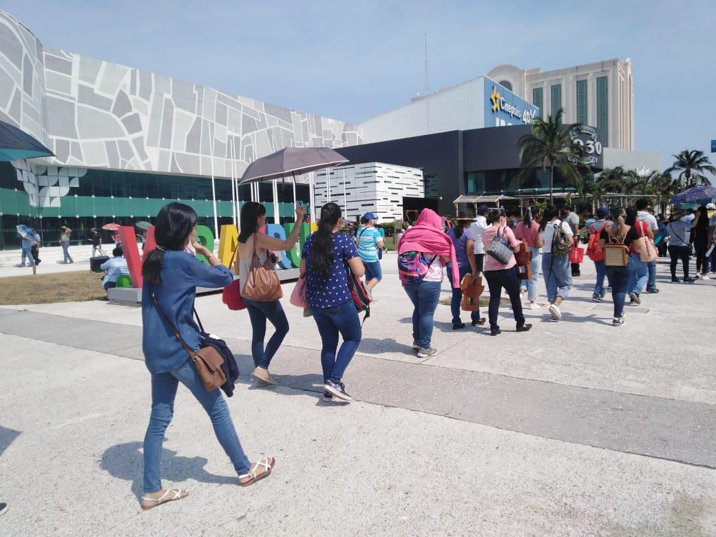 Se registran largas filas durante la vacunación de docentes en el estado de Veracruz