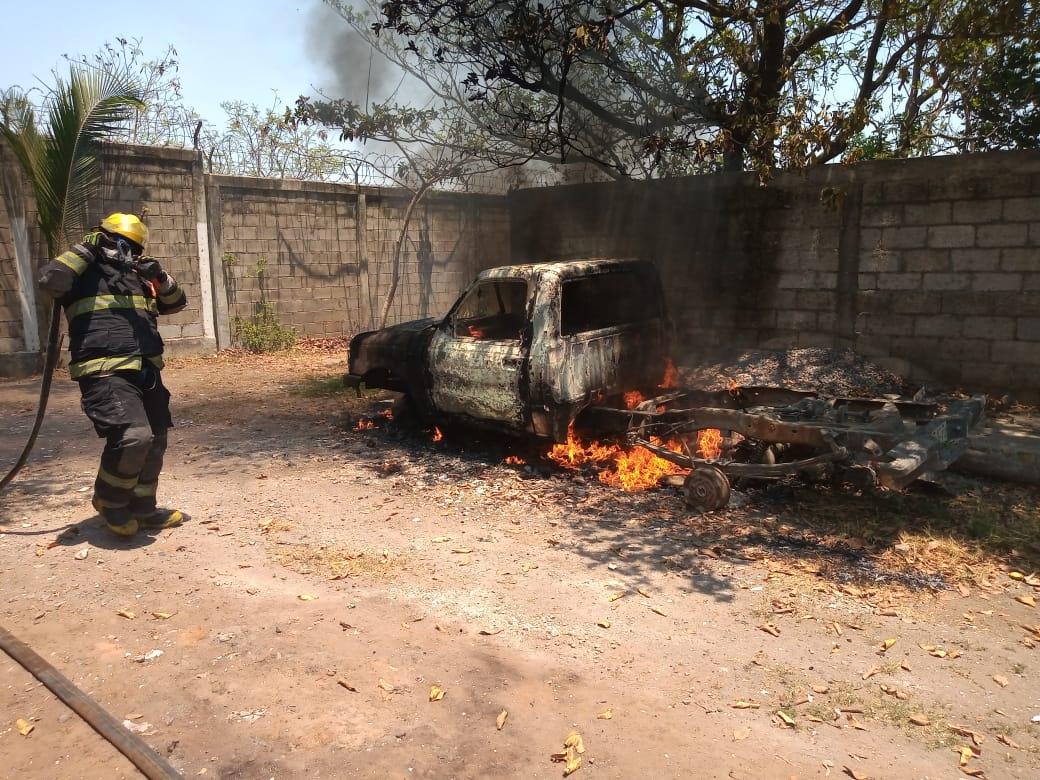 Se incendia vehículo abandonado en Tejería