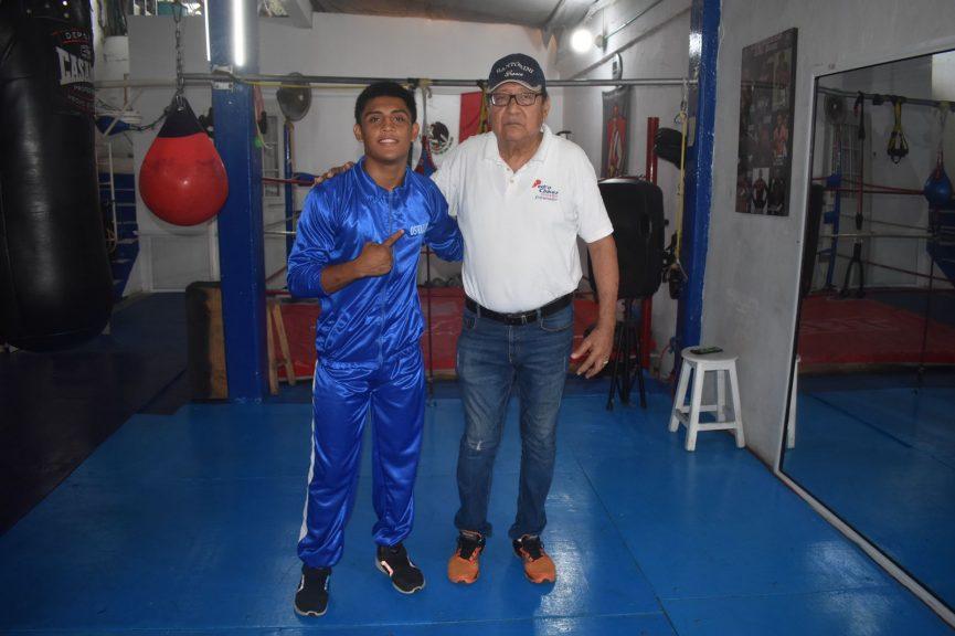 Boxeador Oswaldo Rivera recibe uniforme para competir en los clasificatorios para los Juegos Nacionales Conade