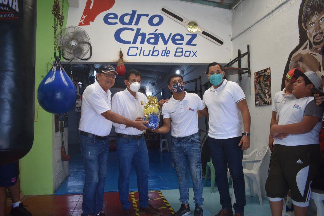 Boxeador Oswaldo Rivera recibe uniforme