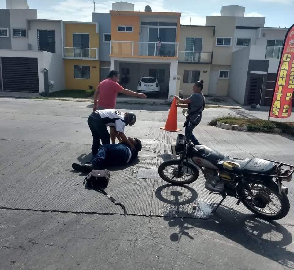 Embisten a motociclista y lo dejan abandonado