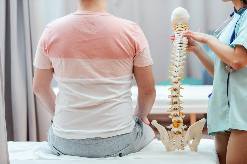 IMSS: Dolor de espalda y debilidad en extremidades pueden ser síntomas de hernia discal