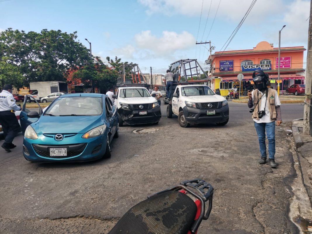Camioneta se impacta contra un auto en la avenida Cuauhtémoc