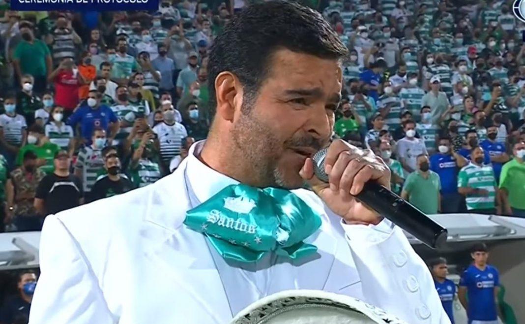 Pablo Montero reacciona a su error al entonar el Himno Nacional en el partido Santos vs Cruz Azul
