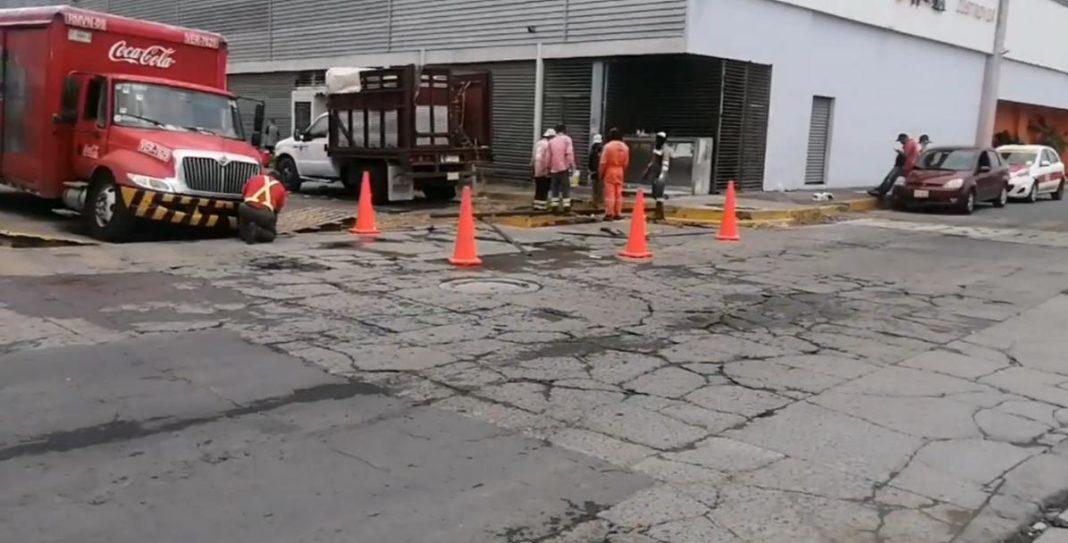 Camión refresquero cae en tragatormentas de Lomas de Río Medio II