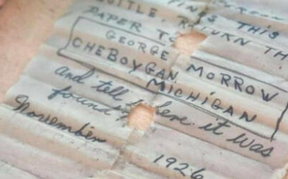 Mujer encuentra mensaje de 1926 dentro de una botella mientras buceaba
