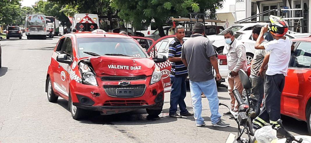 Taxi impacta a un auto en la avenida Cuauhtémoc