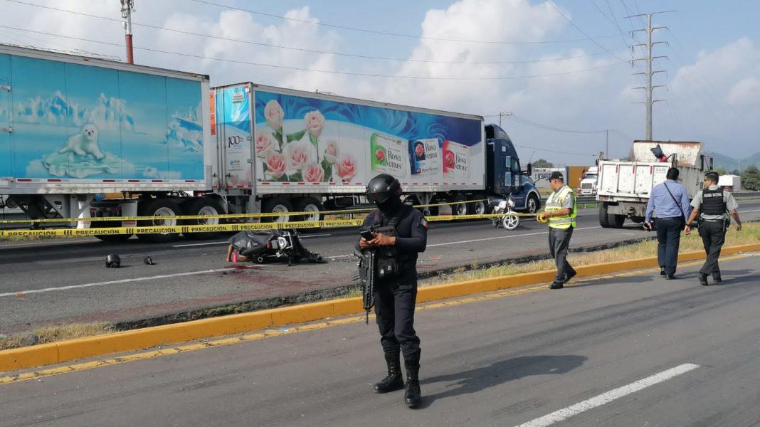 Motociclistas se estampan contra camión de volteo