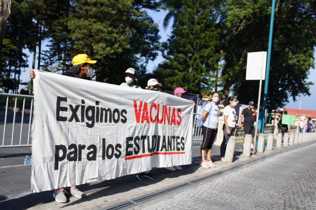 Estudiantes antorchistas protestan en Xalapa, exigen vacunas