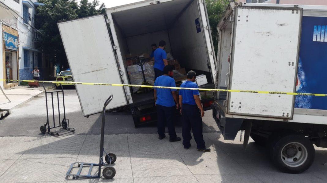 Autobús cae a un socavón en Flores Magón