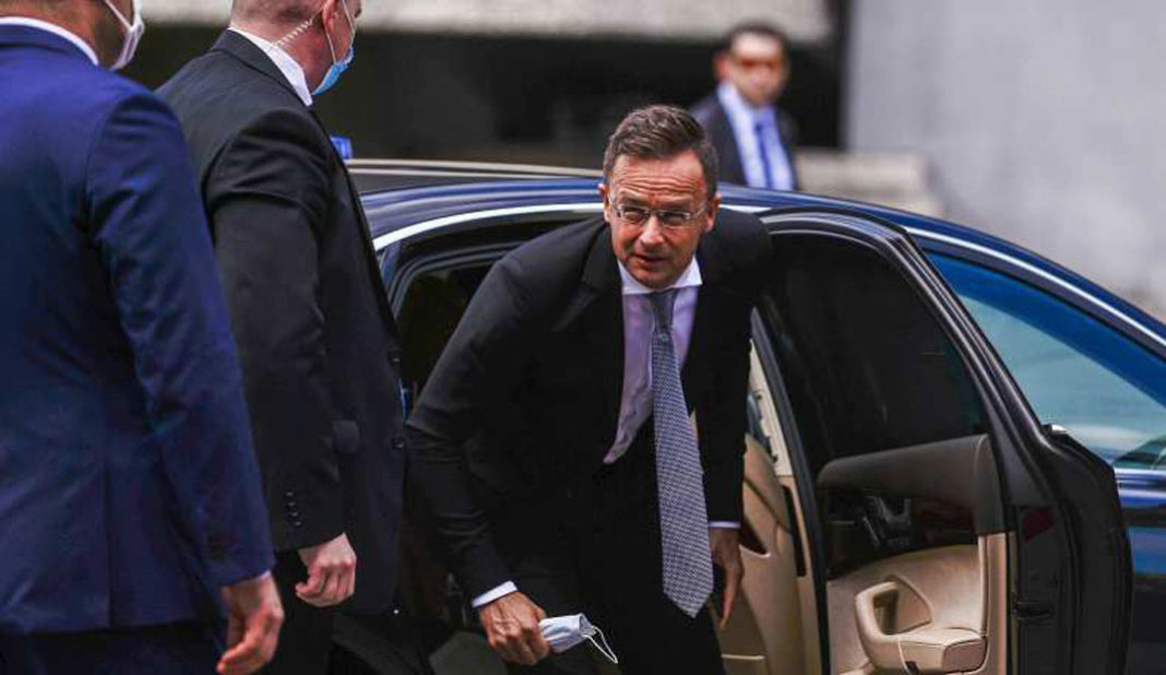 Ministro húngaro Péter Szijjártó llama cobarde a UEFA