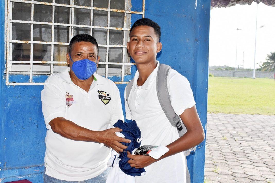 Sub-15 de la Liga Municipal de Futbol reciben sus uniformes