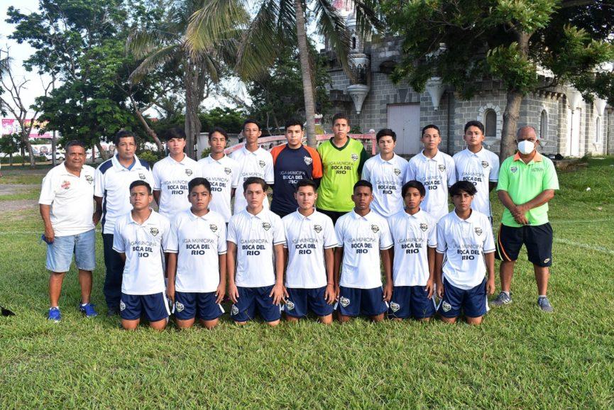Sub-15 de la Liga Municipal de Futbol reciben sus uniformes para el Torneo Nacional Regional