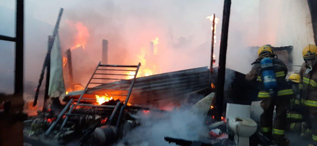 Voraz incendio en casas en Boca del Río deja a familia sin nada