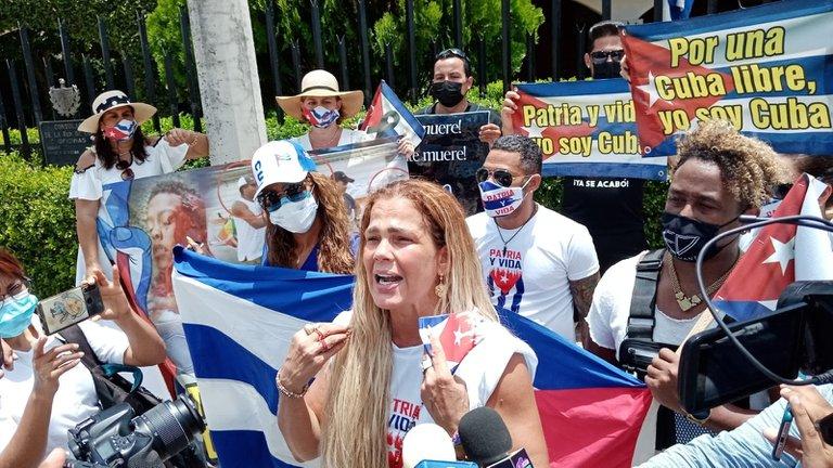 Niurka protesta a las afueras del consulado cubano en Mérida