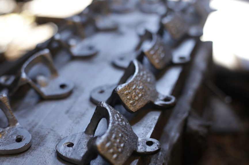 La pieza pasa por diferentes máquinas industriales para darle los últimos detalles.