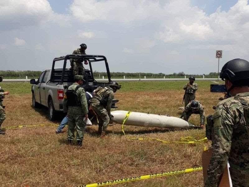 Cae tanque de combustible de un avión de la Semar