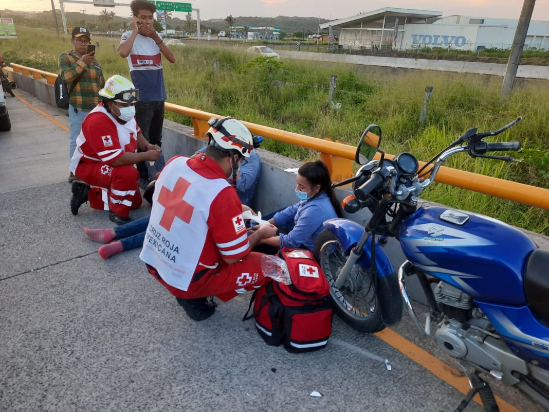 Pareja termina con lesiones tras ser impactada por un taxi en Río Medio