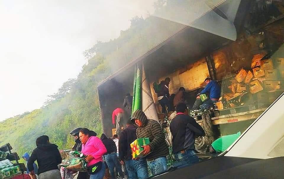 """Rapiña de """"chelas"""" tras incendio de camión en Cumbres de Maltrata"""