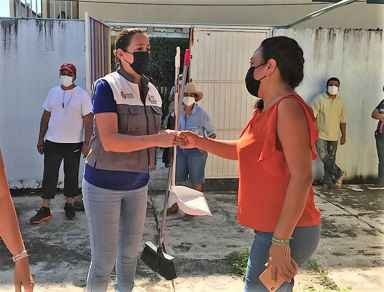 SEV delegación Veracruz entregó casi 3 mil kits de limpieza a escuelas