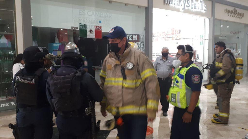 Por conato de incendio en tienda de celulares desalojan plaza en Boca