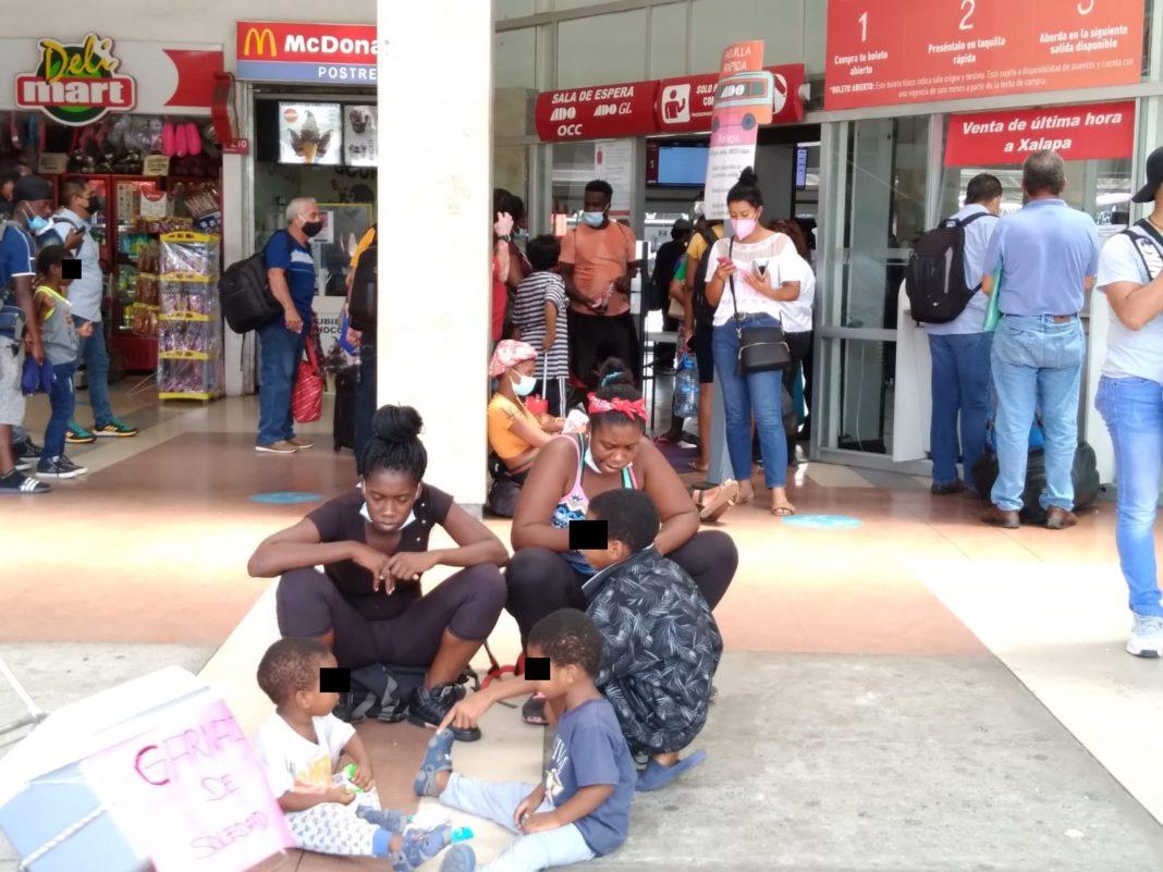 Migrantes haitianos abarrotan la central camionera de Veracruz
