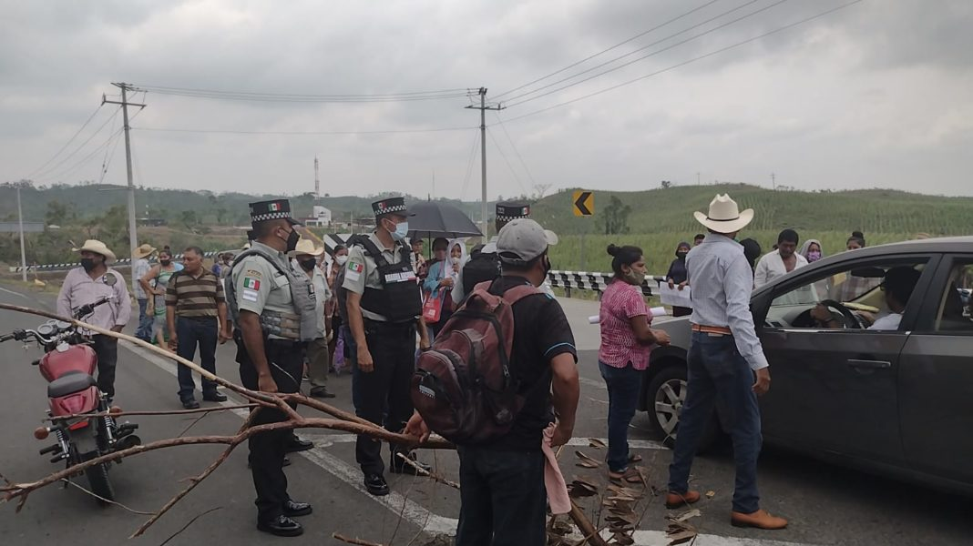 Damnificados bloquean carretera; piden que Manuel Huerta los atienda