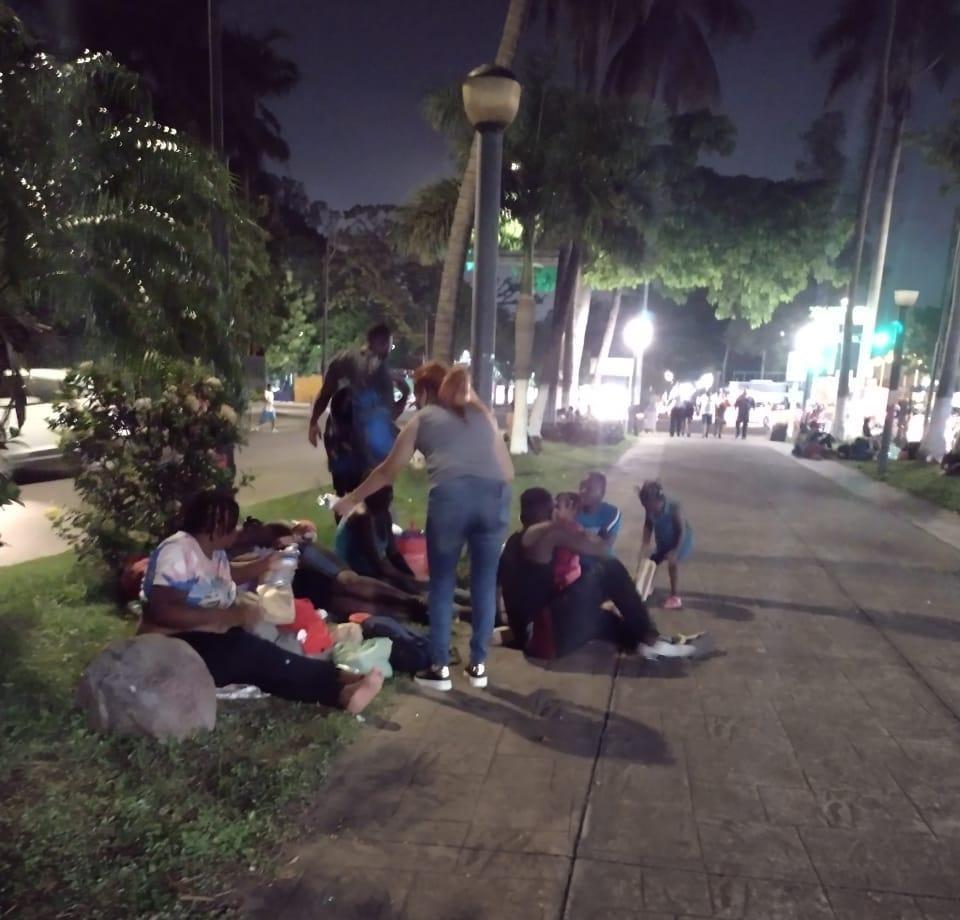 Veracruzanos se solidarizan con migrantes haitianos, les llevan comida