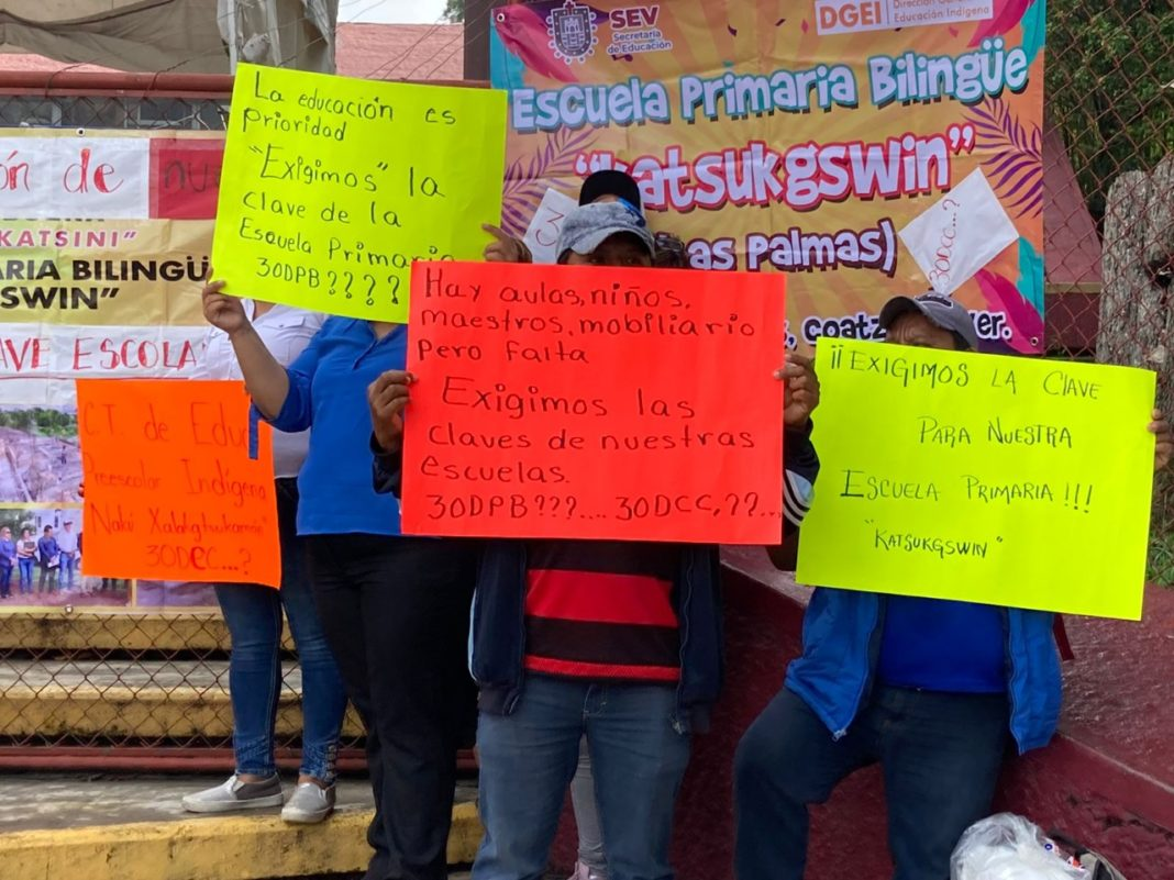 Alumnos protestan en la SEV, exigen claves para escuelas indígenas