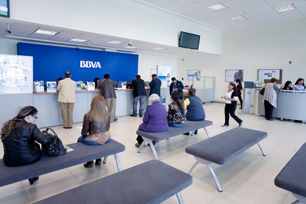 BBVA anuncia recompensas para sus clientes tras caída masiva del domingo