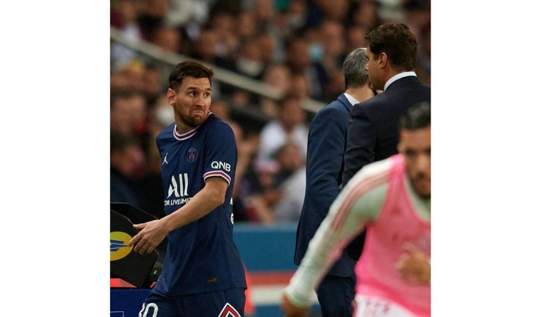Messi le niega saludo a Pochettino al salir de cambio.