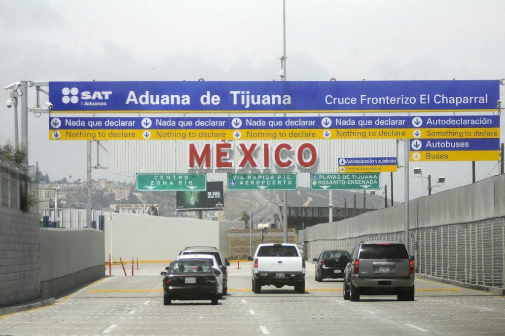 EU extiende otro mes el cierre parcial de la frontera con México