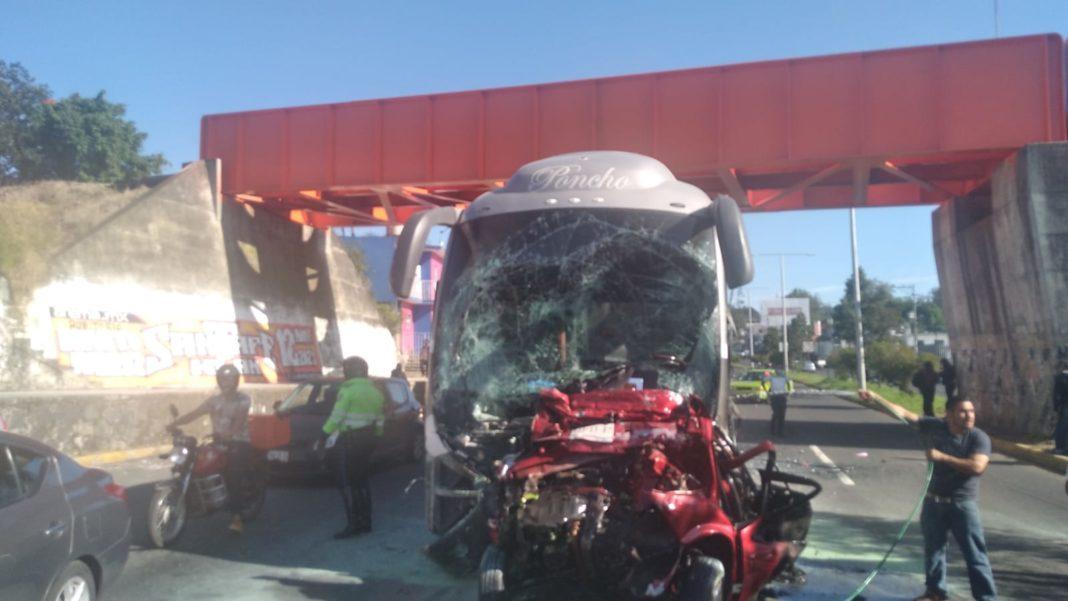 Autobús de turismo sin frenos deja un muerto en la Banderilla-Xalapa