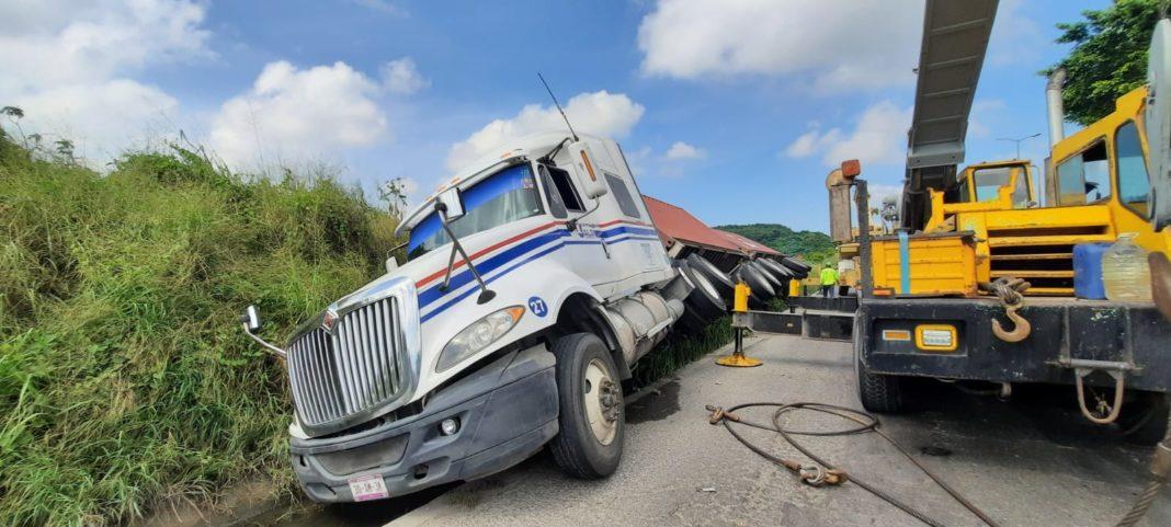 Cae tráiler a una cuneta en la carretera a Veracruz