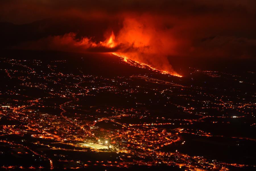 Lava arrasa 200 casas y obliga la evacuación de 6 mil personas en La Palma, España