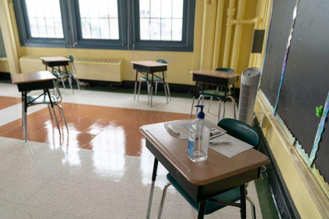 Alumno de secundaria en Xalapa da positivo a Covid; padres temen brote