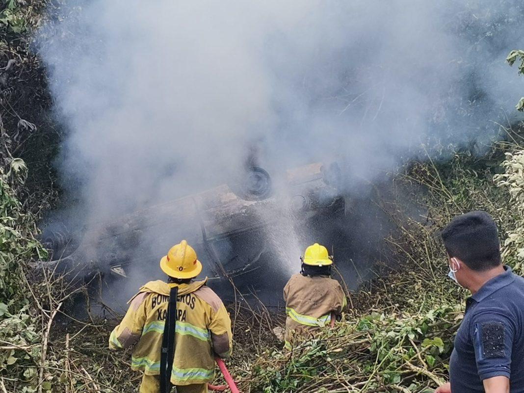 Se incendia auto tras caer a un barranco en la carretera de Zongolica