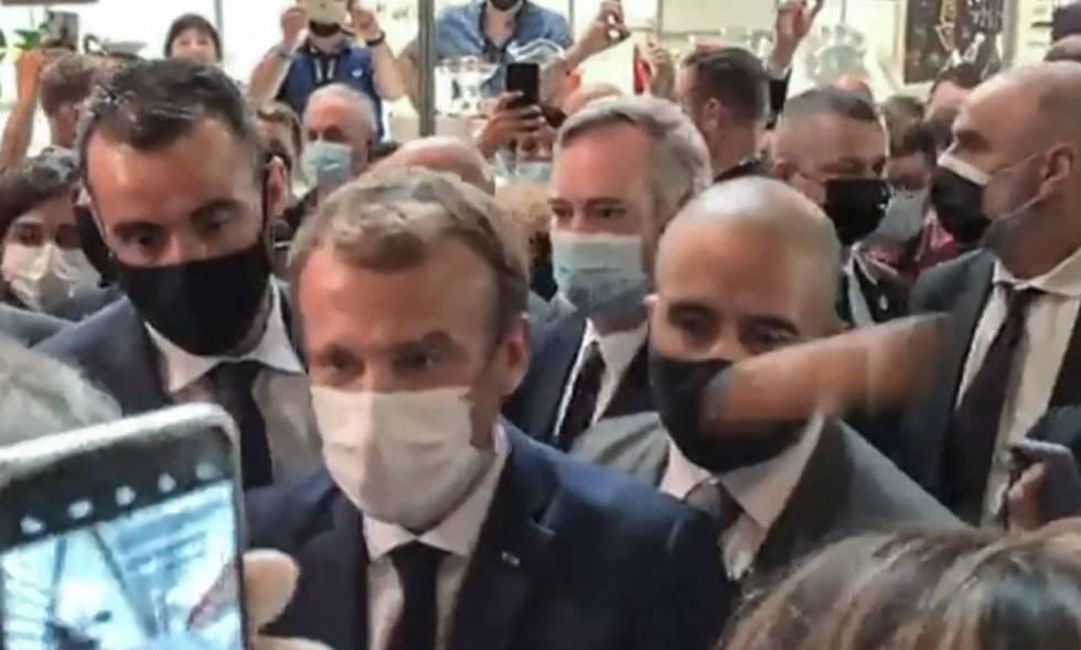 Joven que lanzó huevo a presidente de Francia fue hospitalizado en un psiquiátrico
