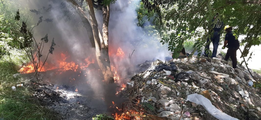 Vecinos reportan incendio en basurero clandestino de Playa Linda