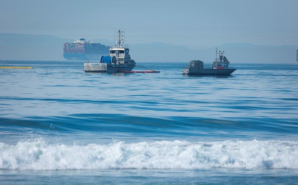 Derrame de crudo afecta playas y mata vida silvestre en California