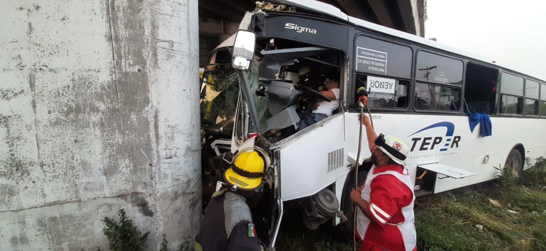 Camión de transporte se estampa contra base de Distribuidor; hay 15 heridos