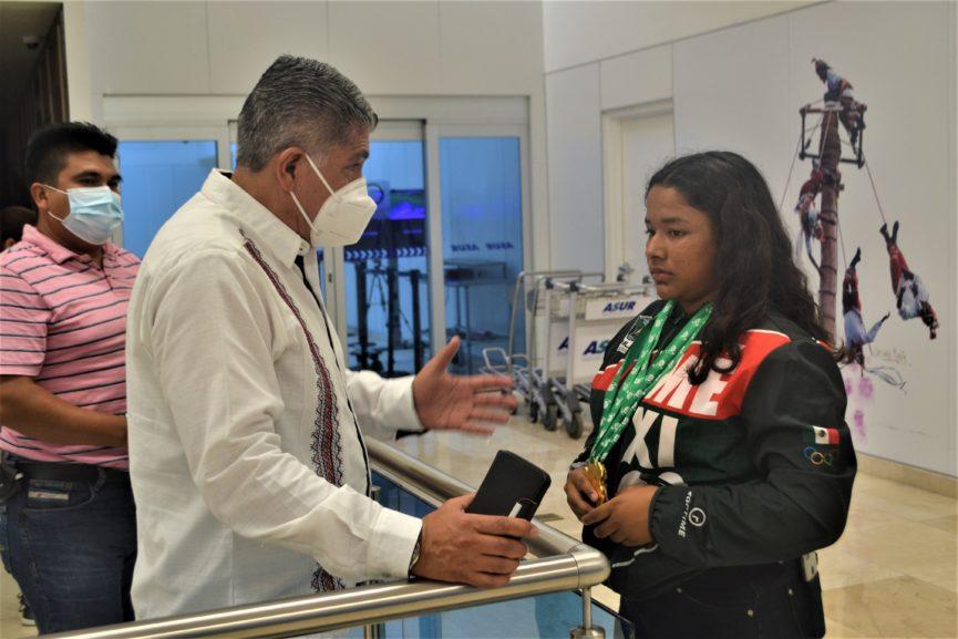 Medallista mundial de pesas Ángeles Cruz llega a Veracruz